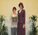Beverly Lueers presents award to Emma Del Real